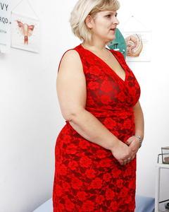 Доктор осмотрел волосатую манду жирной блондинки за 40