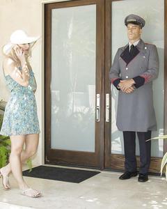 Дворецкий вошел в дом к богатой блондинке и трахнул её на ковре