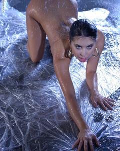 Сексуальная латинка раздевается в студии под каплями воды
