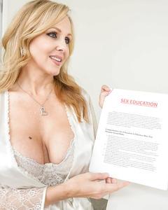 Горячий секс 45летней блондинки с молодым парнем на белом столе