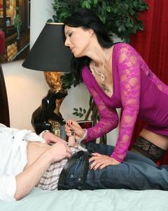 Взрослая брюнетка в чулках дрочит татуированному мужику