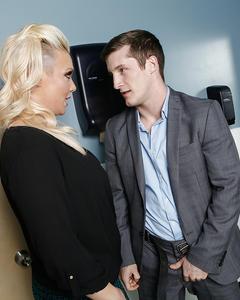 Толстожопая блондинка в чулках отдалась новенькому в офисе