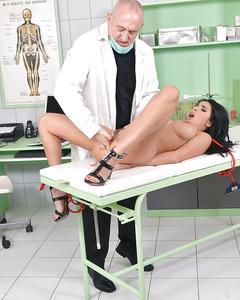 Старый гинеколог связал и выебал в очко жгучую брюнетку
