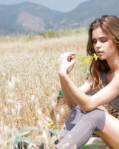 Эмберли Уэст раздевается на пшеничном поле