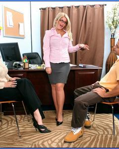Брюнет трахает рыжую и блондинку на столе кабинета