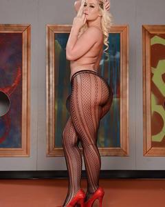 Блондинка Julie Cash голышом примеряет фон картины для своей задницы