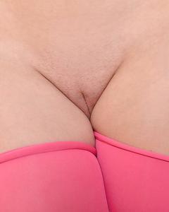 Гламурная блондинка в сексуальном нижнем белье исполняет стриптиз