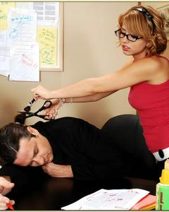 Начальник трахает двух очкастых красоток на рабочем месте