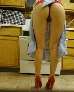 Стройная домохозяйка раздевается на кухне