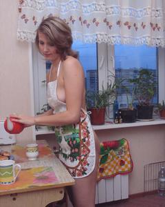 40-летняя россиянка раздевается в квартире